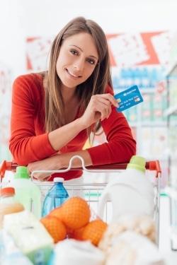 Frau beim Shopping mit Kreditkarte
