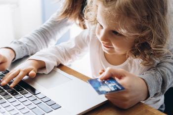 Mädchen mit Kreditkarte in den Händen